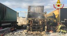 Paura in Porto: incendio al Molo 6: camion distrutto dalle fiamme