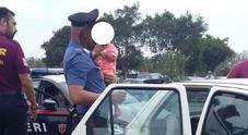 Immagine Va a fare la spesa e dimentica figlia in auto