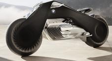 Via tuta e casco, con la BMW Vision Next 100 cadere a terra sarà un ricordo