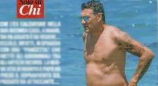 Christian Vieri al mare a Miami, papà rilassato sotto al sole con la pancetta