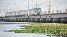Treni in ritardo, l'uomo in fuga bloccato  sui binari del Ponte. Sorpresa-zainetto