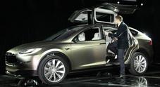 Tesla sulle spine, Elon Musk controlla di persona ogni Model X e dorme in fabbrica