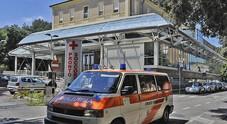 Sbanda con la moto e finisce fuori strada: 25enne all'ospedale