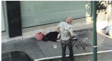 Cuoca di 19 anni pestata e sfregiata   al viso durante una rapina: presi