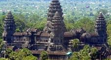 Il maestoso tempio di Angkor Wat immerso nella foresta pluviale