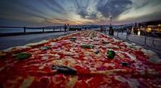 Napoli, la pizza più lunga del mondo entra nel Guinness dei record