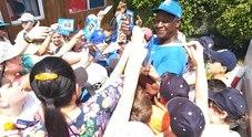 Il  tecnico cubano Fidel Gutierrez Reinoso circondato dai piccoli al Baseball Softball Rovigo