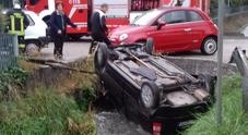 Paese. Ragazza perde il controllo dell'auto e finisce ribaltata in un canale pieno d'acqua