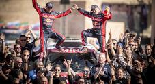 """Tris di """"nonno"""" Sainz con la Mini, Alonso chiude 13°. La prima volta di Brabec, Honda spezza il dominio Ktm"""