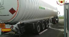 Il camion cisterna danneggiato nell'urto. Era pieno di gas