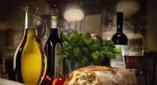 Olio e vino solo in bottiglie di vetro: ecco i rischi con confezioni diverse
