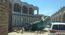 Precipita con il furgone e il mezzo si ribalta Paura dentro il cimitero