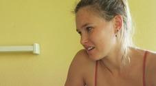 Bar Refaeli mamma sexy: la foto in bikini in casa. «L'ha scattata mia figlia di 3 anni»