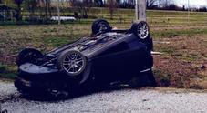 Esce di strada e finisce nel fosso  a ruote all'aria: grave un 24enne