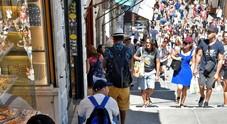 Venezia. Portano a mano i monopattini a Rialto: turisti multati dalla polizia