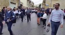 Arcivescovo sulla Porsche trainata da 50 bambini