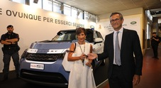 Land Rover Discovery 5 con la divisa della Polizia