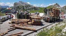 Camion di legname si rovescia sul passo, il carico travolge un ciclista: è grave