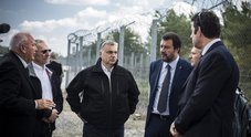 Il ministro Salvini con il premier Orban alla barriera in filo spinato costruita in Ungheria al confine con la Serbia