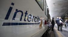 In treno senza biglietto: «Siamo terrapiattisti, non paghiamo». Intercity bloccato per un'ora
