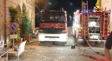Incendio in una cantina inagibili alcuni locali dello stabile in centro