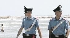 La spiaggia libera come una casa: clochard scacciato e multato