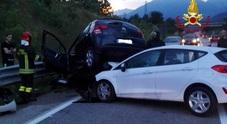 Quattro feriti in un violento frontale tra due auto: una è finita sopra l'altra