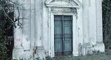 Ricoperta piante fino al tetto: «Aiutateci a salvare la chiesetta di villa Tivan»