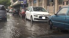 Bomba d'acqua s'abbatte su Napoli: strade allagate e forte vento