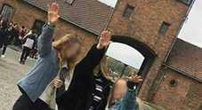 Saluto romano ad Auschwitz, foto choc di tre ragazze in gita scolastica