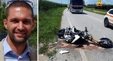Di ritorno da un raduno sfiora la moto dell'amico e cade: Davide muore a 31 anni