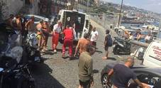 Napoli, l'ambulanza bloccata dal parcheggio selvaggio nella Ztl di Riva Fiorita