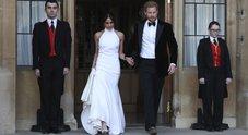Meghan cambia abito, gli sposi in decappottabile alla festa di nozze