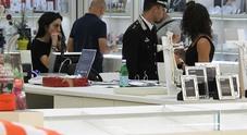 I carabinieri all'interno dell'attività commerciale per le indagini