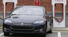 Tesla, Model 3 arriva in Europa. Elon Musk in tour ma problemi da consegne e pezzi di ricambio