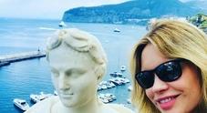 Anna Falchi in vacanza a Sorrento: foto sulla terrazza di Caruso e Dalla