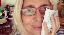 Mara Venier viene operata e posta foto dopo l'intervento La carica dei fan: «Riprenditi»