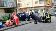 Schianto in città: auto cappottata, ferito incastrato tra le lamiere