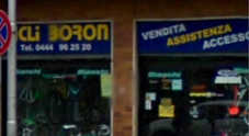 Il negozio di bicicletta dove è avvenuto stanotte il furto
