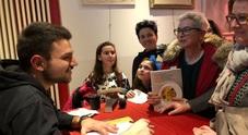 Tutti in fila per il libro autografato dal Masterchef Simone Scipioni