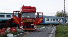 Torino, treno si schianta contro tir  e deraglia: due morti e 23 feriti  autista indagato per disastro