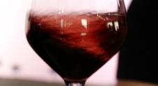 Pesaro, prenotano e fanno comprare vino costoso: ma è soltanto una truffa