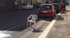 Parcheggio fai da te, illecito occupare la sede stradale con una sedia: multa fino a 674 euro