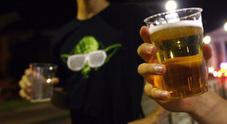 Bicchieri e bottiglie contro il barista che si rifiuta di dagli da bere