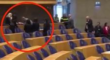 Tenta il suicidio impiccandosi in Parlamento: choc in Olanda /Video