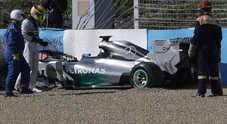 Hamilton, primo botto del 2014: distrugge la nuova Mercedes W05