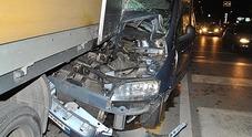Si infila con la sua auto sotto un camion: 55enne all'ospedale
