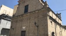Cadono tegole dalla chiesa una donna è stata sfiorata dai detriti