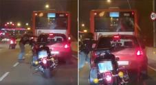 Lite in strada, il motociclista massacra l'automobilista e fugge: identificato e arrestato