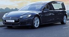 Carro funebre elettrico, in Olanda una Tesla Model S modificata per eco-funerali